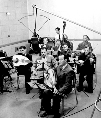 Un groupe de musiciens arabes et juifs dans un studio du Palestinian Broadcasting Service (PBS) Jerusalem 1940 Photo: Moshe & Trudy Schwarz The Younes and Soraya Nazarian Library, University of Haifa © Bitmuna