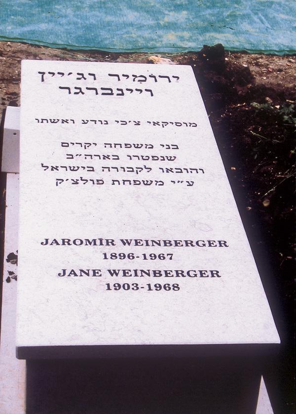 Der Grabstein Jaromir Weinbergers und seiner Ehefrau im Kibbuz Gezer, Israel